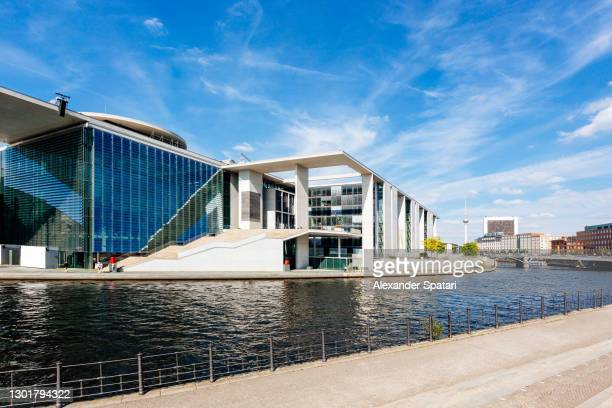 berlin government district and spree river on a sunny day with blue sky, berlin, germany - stadtviertel stock-fotos und bilder