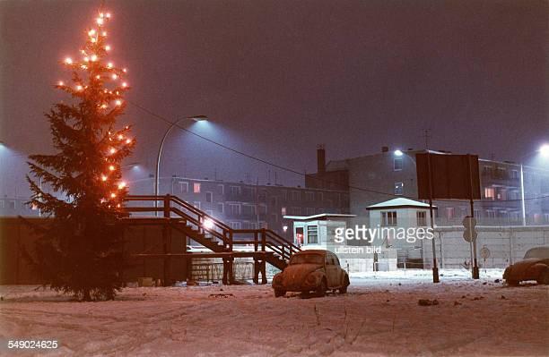 Grenzübergang HeinrichHeineStrasse mit Weihnachtsbaum und VW Käfer