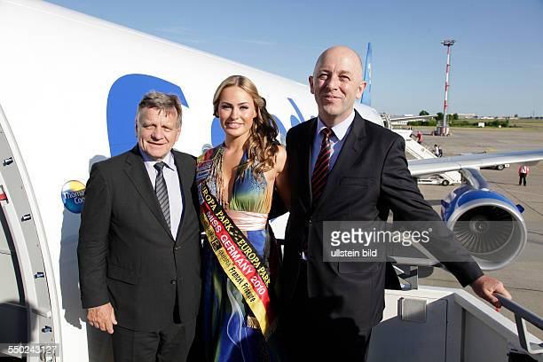 Berlin Hartmut Mehdorn Vorsitzender der Geschäftsführung der Flughafen Berlin Brandenburg GmbH gratulierte Condor zum neuen Airbus 321211 von links...