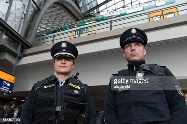 DEU 10557 Berlin Hauptbahnhof in der Bundespolizeidirektion Berlin wird der Einsatz von Body Cams in zwei verschiedenen Ausfuehrungen erprobt links...