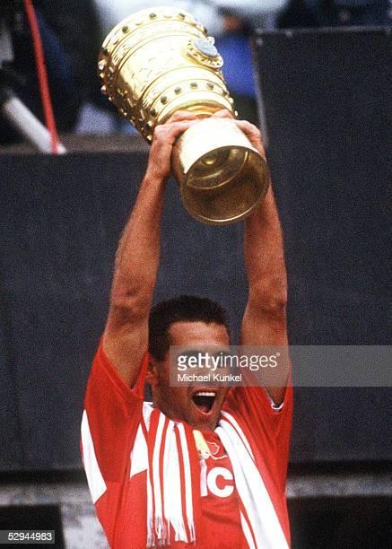 Berlin HERTHA AMATEURE BAYER LEVERKUSEN 01 Ulf KIRSTEN/Leverkusen mit Pokal