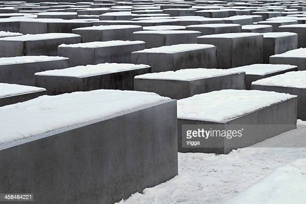 berlin holocaust memorial mit schnee bedeckt - holocaust stock-fotos und bilder