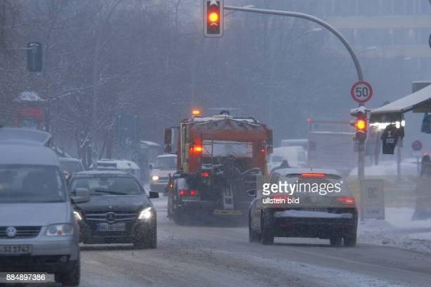 Berlin ist seit letzte Nacht in einem geschlossenen Schneekleid die Autos tragen ein weisses Kleid wie hier in der Brueckenstrasse