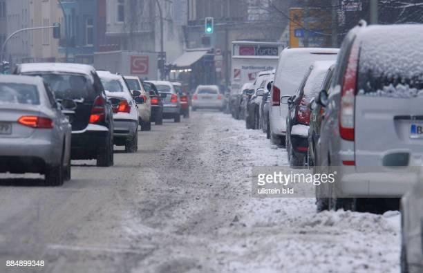 Berlin ist seit letzte Nacht in einem geschlossenen Schneekleid die Autos tragen ein weisses Kleid wie hier in der HeinrichHeineStrasse