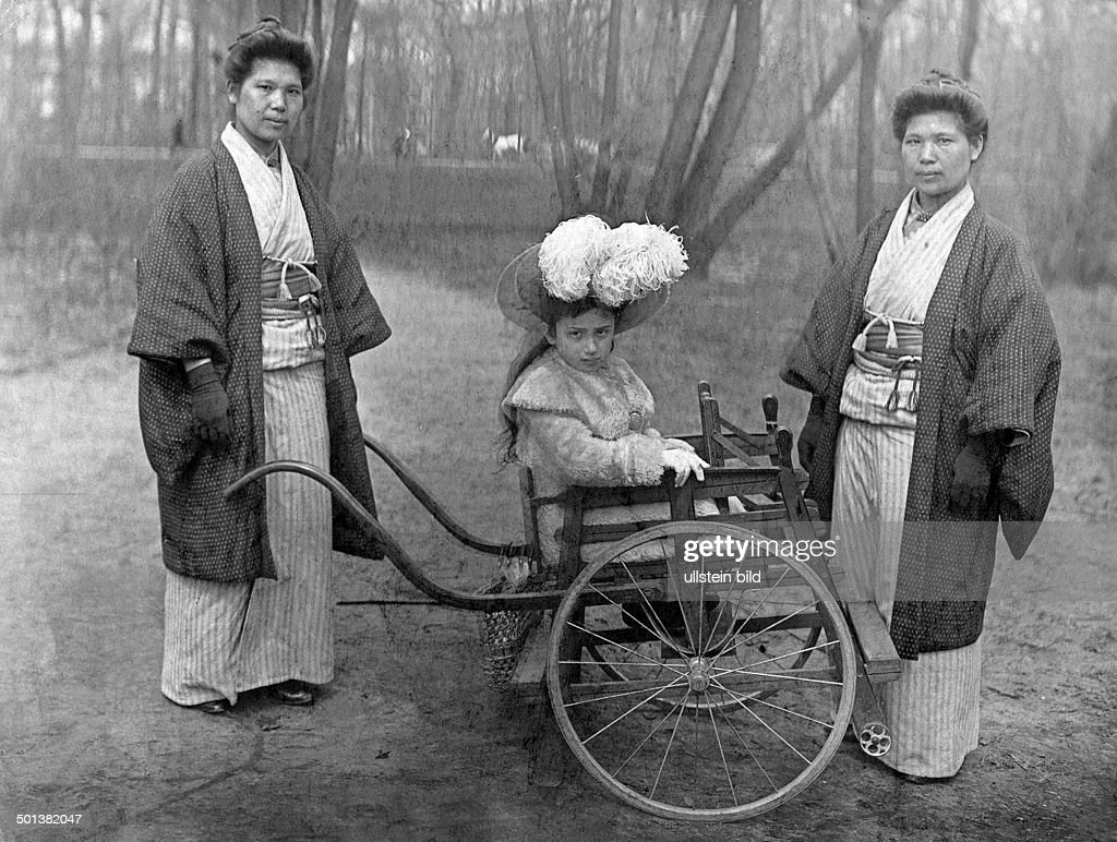 Berlin: Japanese nannies with a girl sitting in a rickshaw - published in 1908 : News Photo