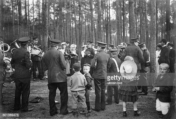 Berlin Johannisthal divine service of the Salvation Army in a forest a brass band playing 1907 Published by 'Berliner Illustrirte Zeitung' 24/1905