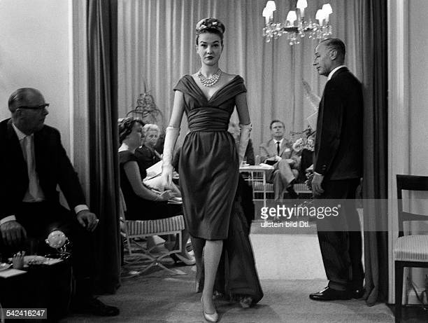 Berlin Journey throughPresentation of an evening dress 1959Photographer Max Jacoby