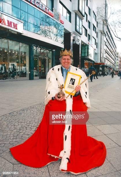 Berlin , Jürgen Woelffer ist der Theater - König vom Kurfürstendamm, scherzhaftes Symbolbild im Königsmantel vor der Komödie und dem Theater am...