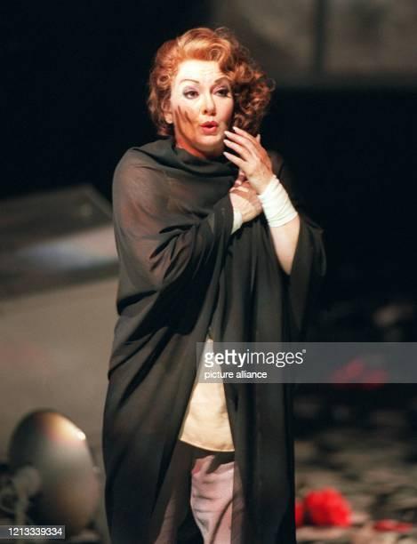 """Karan Armstrong, Ehefrau des Berliner Opernintendanten Götz Friedrich, steht in dem Monodram """"Erwartung"""" von Arnold Schönberg auf der Bühne der..."""
