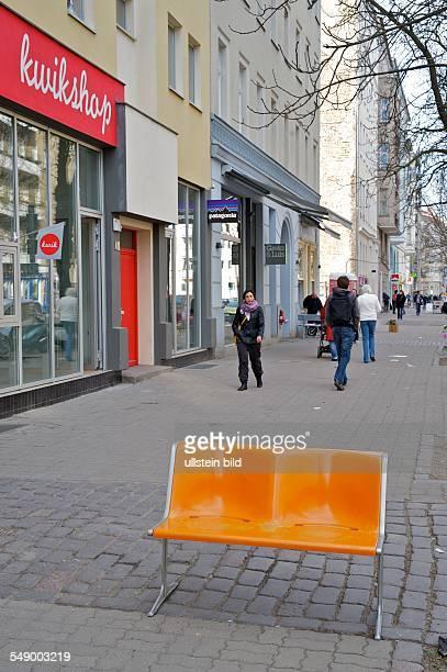 Berlin, Kastanienallee, Bank auf dem Gehweg