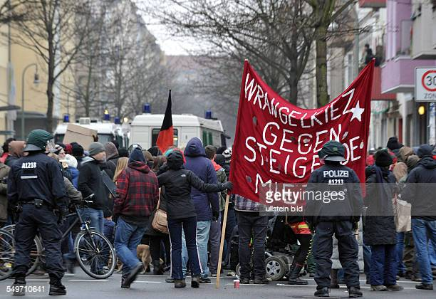 Berlin Kreuzberg Blockade eines Kreuzberger Mietshauses gegen die Zwangsräumung einer Wohnung in der Lausitzer Straße 8 in Kreuzberg Transparent mit...