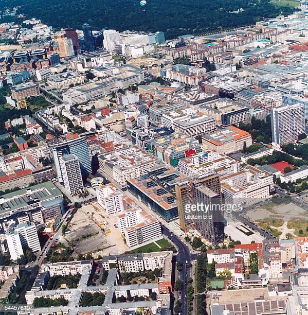 Berlin Kreuzberg / Mitte : der Verlag Axel Springer, links das Hochhaus der GSW, hinten der Potsdamer Platzund der TiergartenLuftaufnahme