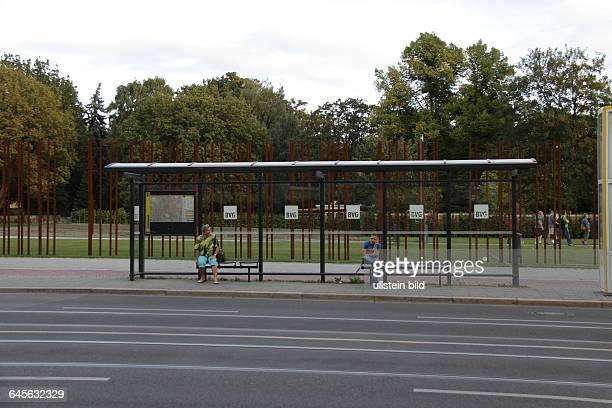 Bushaltestelle Bernauer Strasse iH verlief die Berliner Mauer jetzt Mauergedenkstättevorher 1009622711