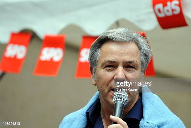 Berlin Mayor and German Social Democrat Klaus Wowereit speaks to supporters at a campaign event in Zehlendorf district on June 182011 in Berlin...