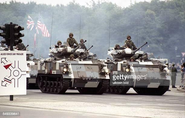 DEU Berlin Militär in Berlin Panzer an der Siegessäule