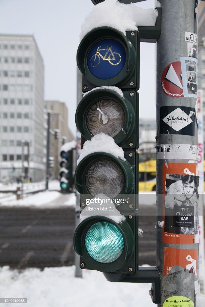 Fahrradampel Mit Grünem Signal Nahe Des Alexanderplatzs In Berlin