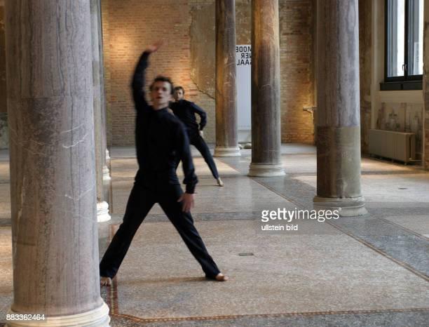 Tanzperformance nach einer Choreographie von Sasha Waltz im Neuen Museum auf der Museumsinse