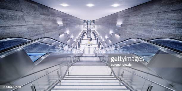 berlin modern subway station u5 - u bahnsteig stock-fotos und bilder