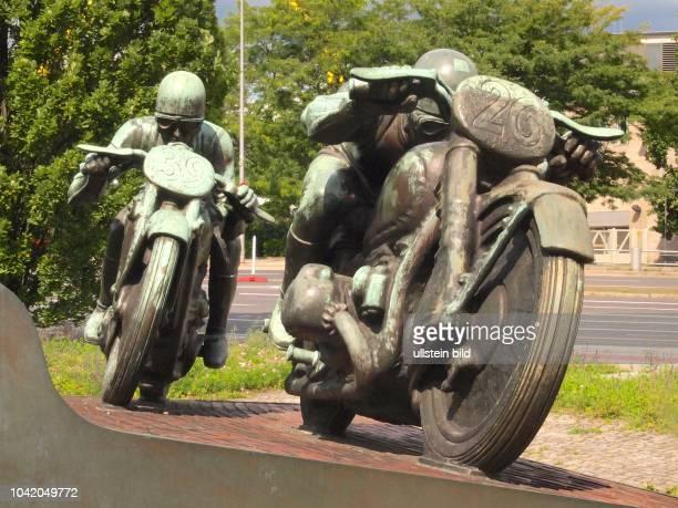 Berlin Motorradfahrer Denkmal aus Bronze am Messedamm nahe der ehemaligen AVUS Nordkurve lebensgrosse dynamische Darstellung von 2 Motorrädern mit...