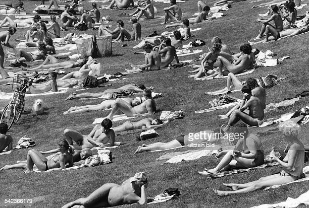 Nacktbader auf der Liegewiese des Freibades Halensee 1985