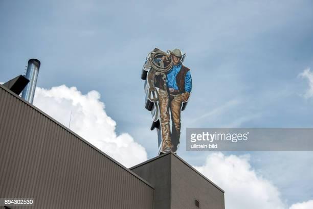 Berlin Neukoelln Philip Morris GmbH Aussenansicht auf dem Dach des Gebäudes überdimensionale Figur des Marlboro Man er ist eine fiktive Werbefigur...