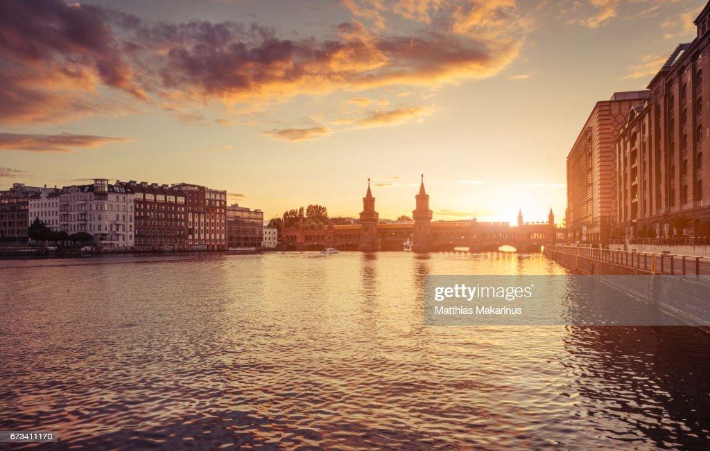 Berlin Oberbaum bridge with dramatic summer sunset sky : Stock-Foto