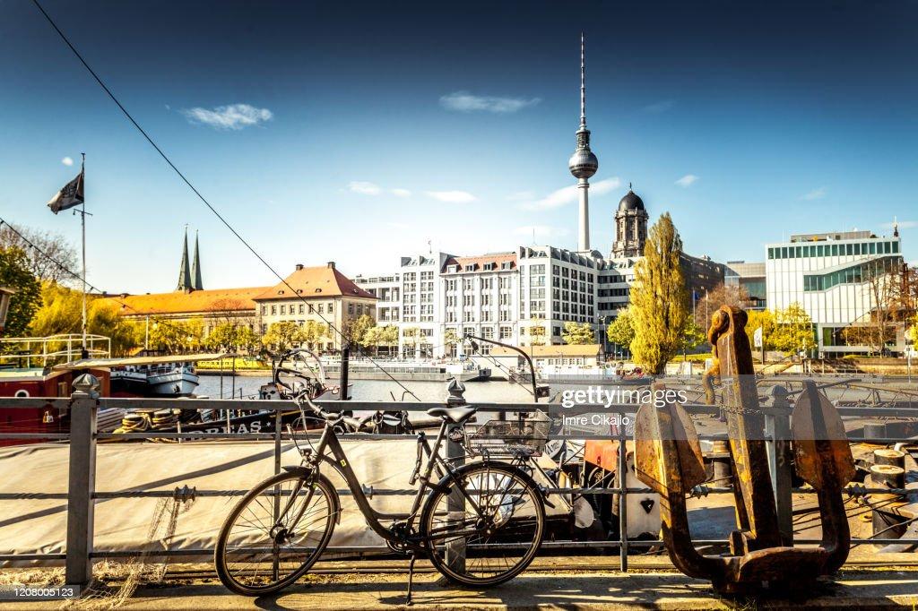 自転車に乗ったベルリン : ストックフォト