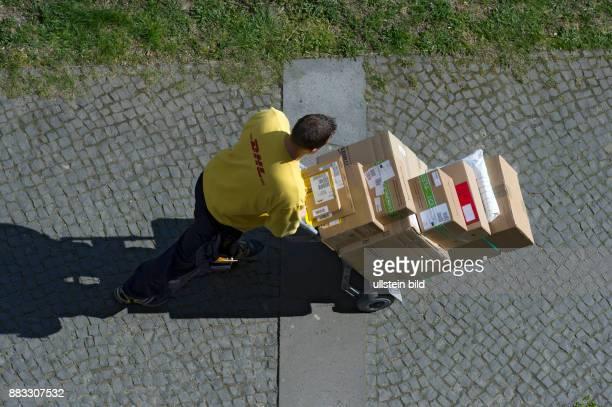 DEU Berlin Paketzusteller DHL mit voll beladener Paketkarre Blick von oben DHL Paket und Express sind ein Teil des weltweit tatetigen...