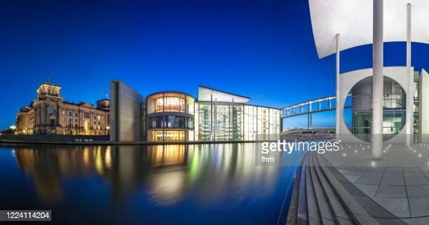 berlin panorama in the government district at blue hour - stadtviertel stock-fotos und bilder