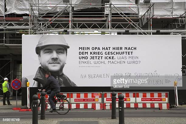 Berlin Plakatwand mit Graffiti an der Baustelle BikiniHaus / Zoopalast in der Budapeste Strasse 'Mein Opa hat hier nach dem Krieg geschuftet und...