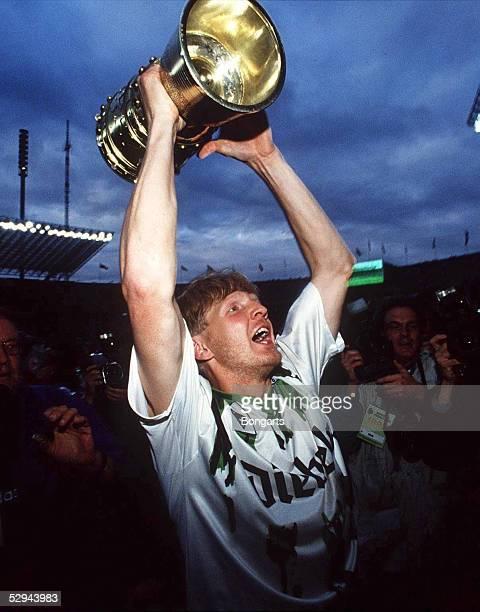 POKALFINALE 94/95 Berlin Pokalsieger 1995 Borussia Moenchengladbach Stefan EFFENBERG mit dem Pokal