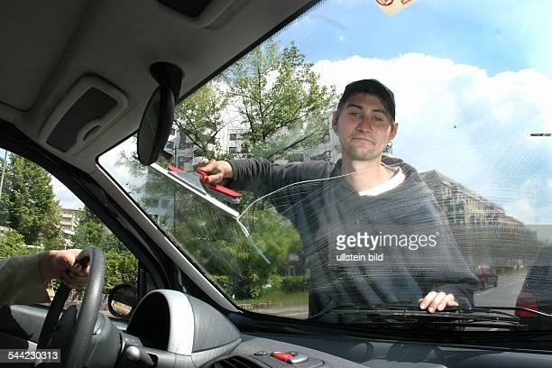 Berlin Polnischer Jugendlicher waescht Autofenster an einer Ampel am Kottbusser Tor