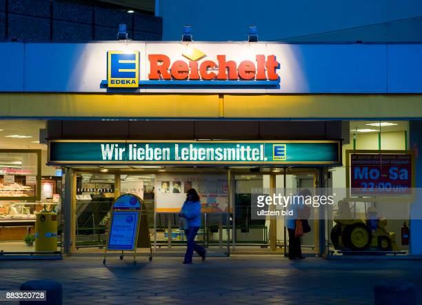 Berlin Reichelt Supermarkt am Abend mit dem Edeka Slogan 'Wir lieben Lebensmittel'