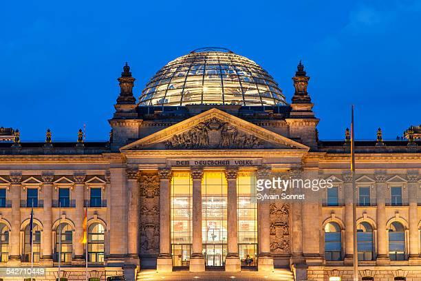 berlin, reichstag at night - ライヒスターク ストックフォトと画像