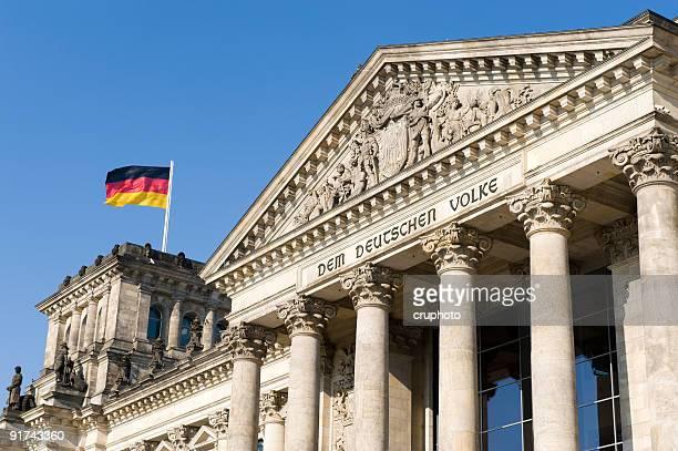 berliner reichstag mit deutschen flags - deutsche kultur stock-fotos und bilder