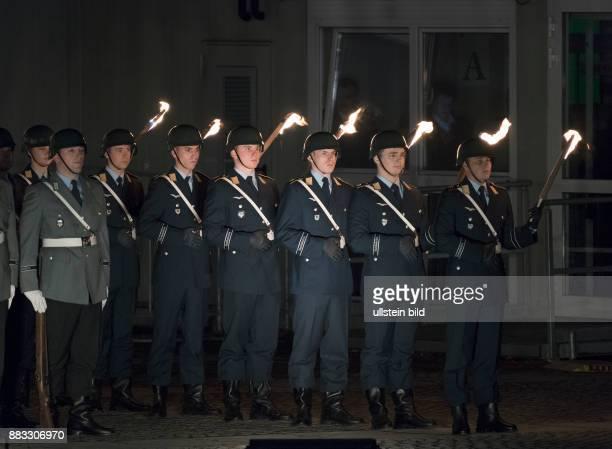 DEU Berlin Reichstagsgebaeude Platz der Republik mit einem Grossen Zapfenstreich wurde der 60 Jahrestag der Gruendung der Bundeswehr und zugleich 25...