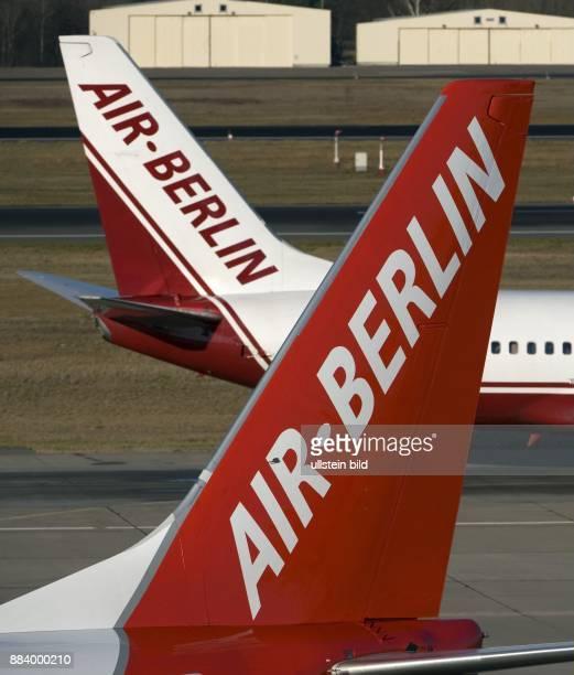 Heckflossen von Flugzeugen der Fluggesellschaft Air Berlin in alten und neuen Unternehmensfarben auf dem Flughafen Tegel