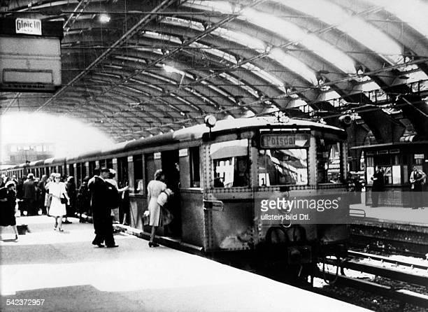 Berlin SBahn Zug Richtung Potsdam im Schlesischen Bahnhof 1947
