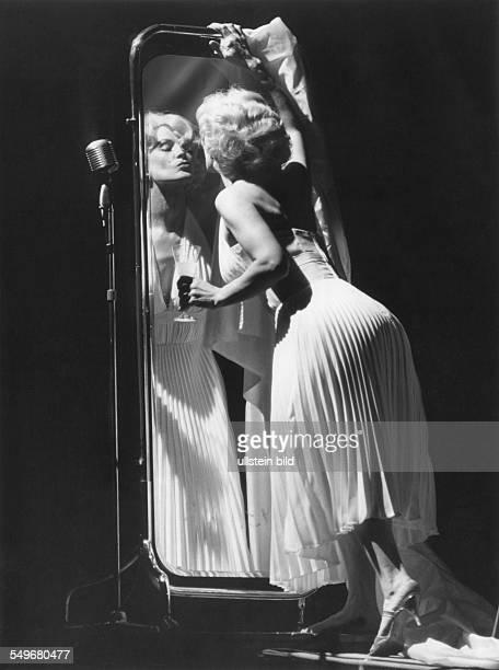 Berlin Schillertheater Leben und Tod der Marilyn Monroe von Gerlind Reinshagen Hildegard Schmahl Regie NilsPeter Rudolph Premiere