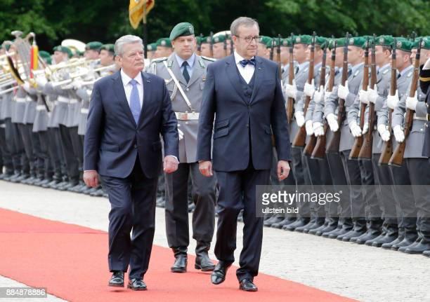 Berlin Schloss Bellevue Empfang des Staatspräsidenten der Republik Estland Ilves mit militärischen Ehren durch BPr Gauck Foto Bundespräsident Joachim...