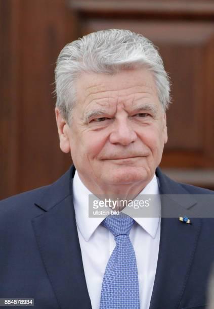 Berlin Schloss Bellevue Empfang des Staatspräsidenten der Republik Estland Ilves mit militärischen Ehren durch BPr Gauck FotoBundespräsident Joachim...