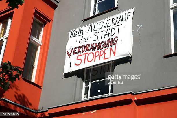 Berlin Schöneberg Wohnen in Berlin Transparent an einer Hausfassade mit der Aufschrift Kein AUSVERKAUF der STADT VERDRÄNGUNG STOPPEN Große Teile der...