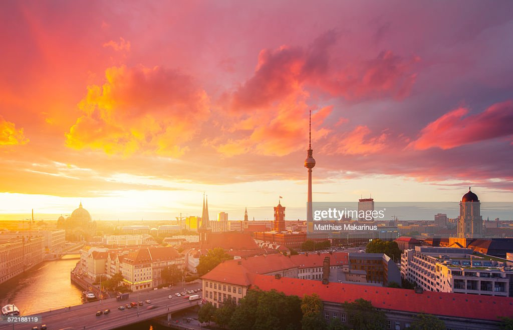 Berlin skyline in a cloudy sunset : Foto de stock