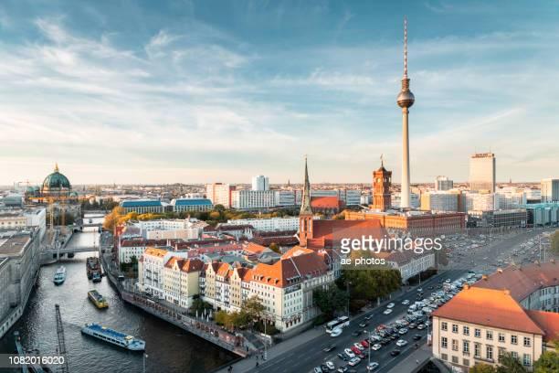 berlin, skyline auf sonnigen abend im herbst - berlin stock-fotos und bilder