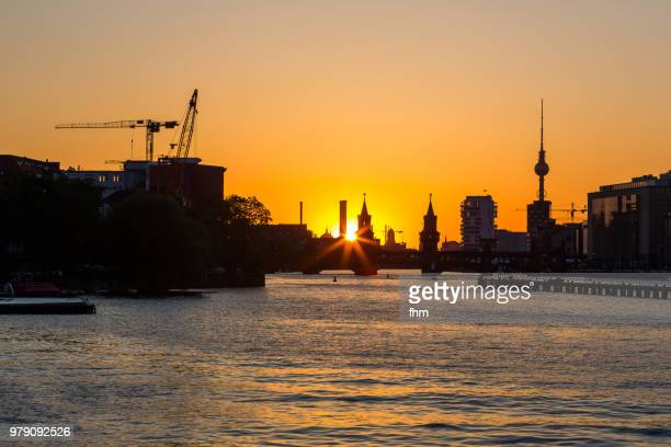 berlin skyline sunset with famous oberbaumbrücke and television-tower (kreuzberg-friedrichshain, berlin, germany) - ベルリン ミッテ区 ストックフォトと画像