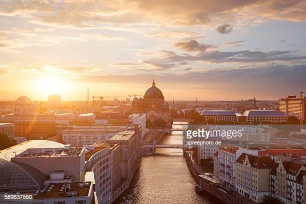 berlin skyline with berlin cathedral - cultura europea fotografías e imágenes de stock