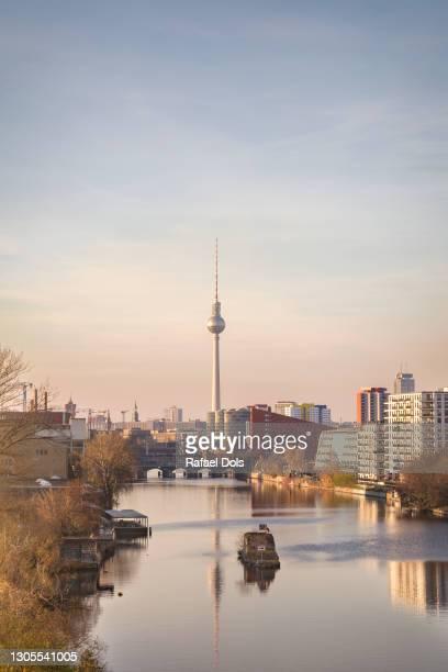 berlin skyline with spree river and tv tower - puesta de sol romántica fotografías e imágenes de stock