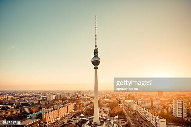 berlin skyline with tv tower, (fernsehturm) - berlin stock-fotos und bilder