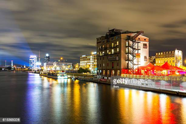 berlin skyline with tv-tower and spree river at night - フリードリッヒハイン ストックフォトと画像