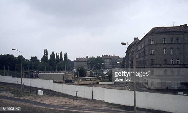 GER Berlin Stadtansicht Mauerverlauf Mauer an der Oderberger Strasse Blick vom Geruest in der Bernauer Strasse in Westberlin nach Ostberlin vorne der...